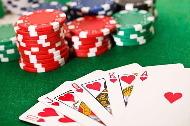 Giochi online: le differenze tra il giocatore di poker e quello di Burraco